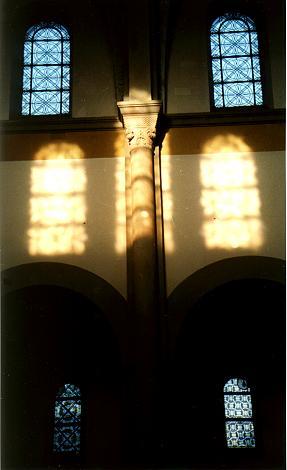 Fenster im östlichen Mittel- und Seitenschiff.