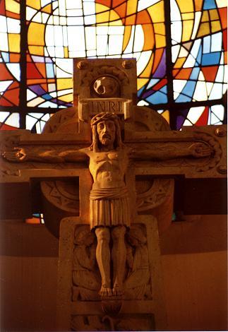 Kruzifixus des hoch aufragenden Altarkreuzes.