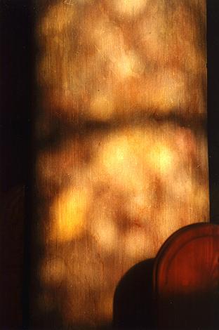 Holz- und Steinstrukturen im Licht der Abendsonne.