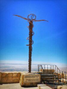 Monument der Ehernen Schlange auf dem Berg Nebo in Israel (John Romano D'Orazio / CC BY-SA 4.0)